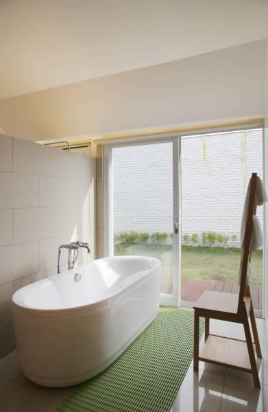 Meskipun ukuran kamar mandi ideal dengan bathtub sebaiknya cukup luas dan leluasa untuk bergerak, bukan berarti kamar mandi kecil Anda tidak bisa dipasangi bathtub. Dj House ini misalnya, tetap menginstal sebuah tempat berendam meski ukurannya tak luas. Anda bisa mengakalinya dengan memasang kaca transparan yang tembus ke luar agar kamar mandi tak terasa sumpek.