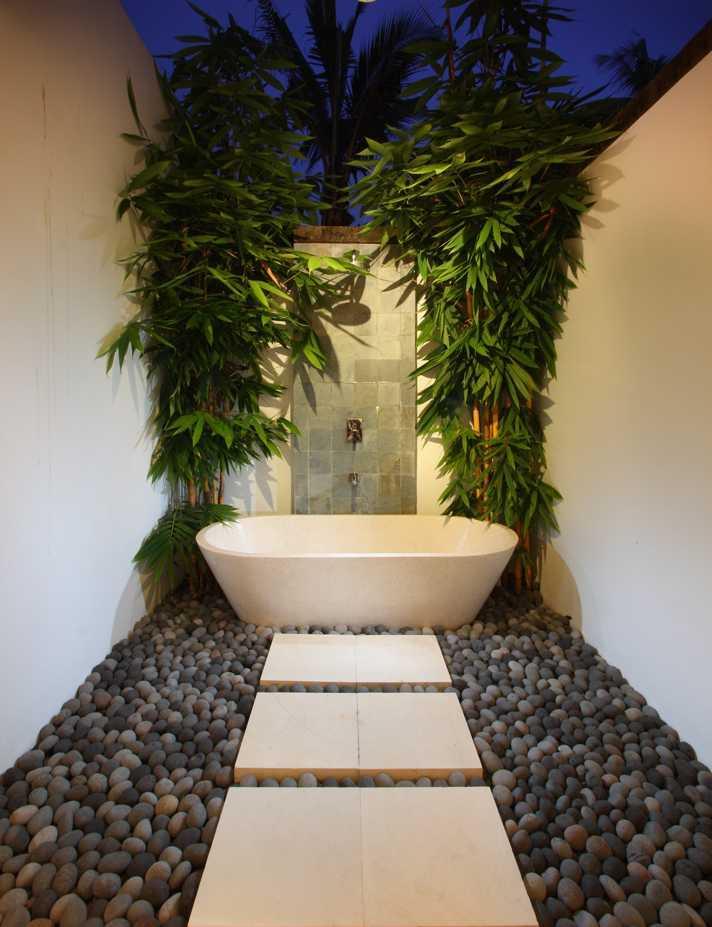 Desainer vila tempat bersantai di Kawasan Seminyak ini memilih untuk memasang bathtub di luar ruangan. Dekorasi batu kerikil di sekitar serta tanaman hijau yang menghiasinya akan membuat suasana berendam Anda terasa semakin menyegarkan.