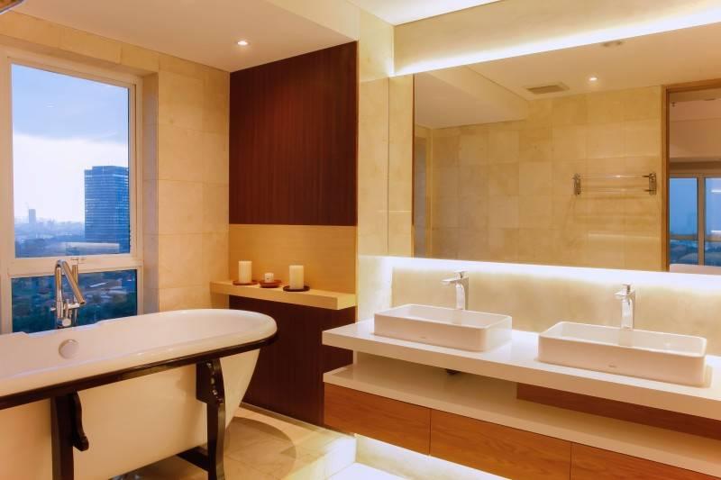 Jika Anda berniat menginstal sebuah bathtub di kamar mandi lantai atas, konsep seperti Pavilion Apartment ini bolehlah dijadikan referensi. Anda bisa berendam sambil menatap ke bagian luar dan bawah rumah melalui kaca gelap tepat di sebelah bak tempat Anda berendam.