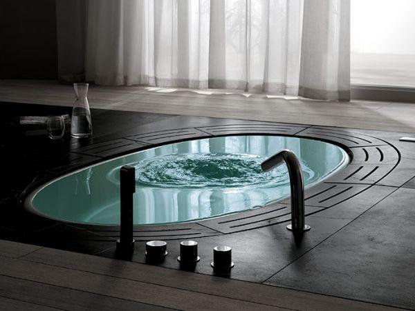 Bak berendam Anda tidaklah mesti menonjol. Jika khawatir keberadaannya membuat kamar mandi nampak penuh, Anda bisa mencoba desain di atas. Seperti kolam renang mini, bathtub yang 'tertanam' di lantai ini bahkan bisa Anda tutup jika tidak diperlukan.