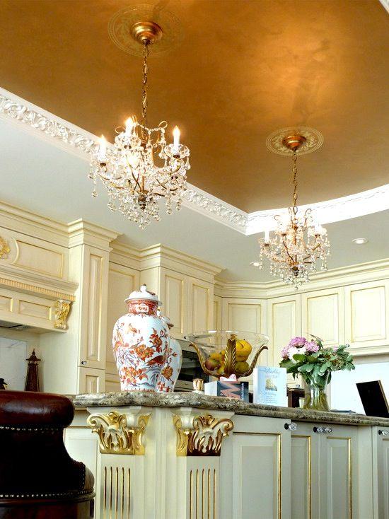 Selain dinding, langit-langit atau ceiling adalah bagian rumah yang paling cocok dicat dengan warna emas. Selain tidak langsung terlihat begitu masuk rumah, langit-langit warna emas akan mendukung pencahayaan sehingga nuansa rumah terasa hangat.