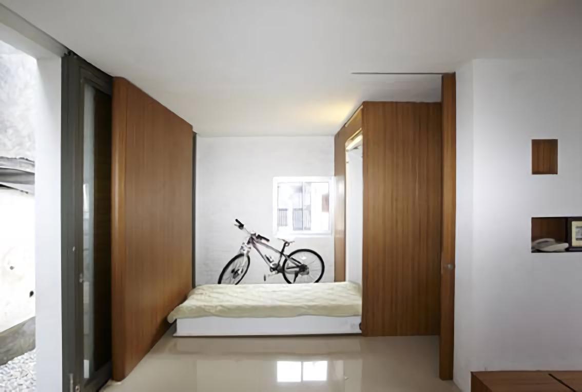 Tempat tidur di Compact House dapat dilihat agar kamar tidur lebih lega (Sumber: arsitag.com)