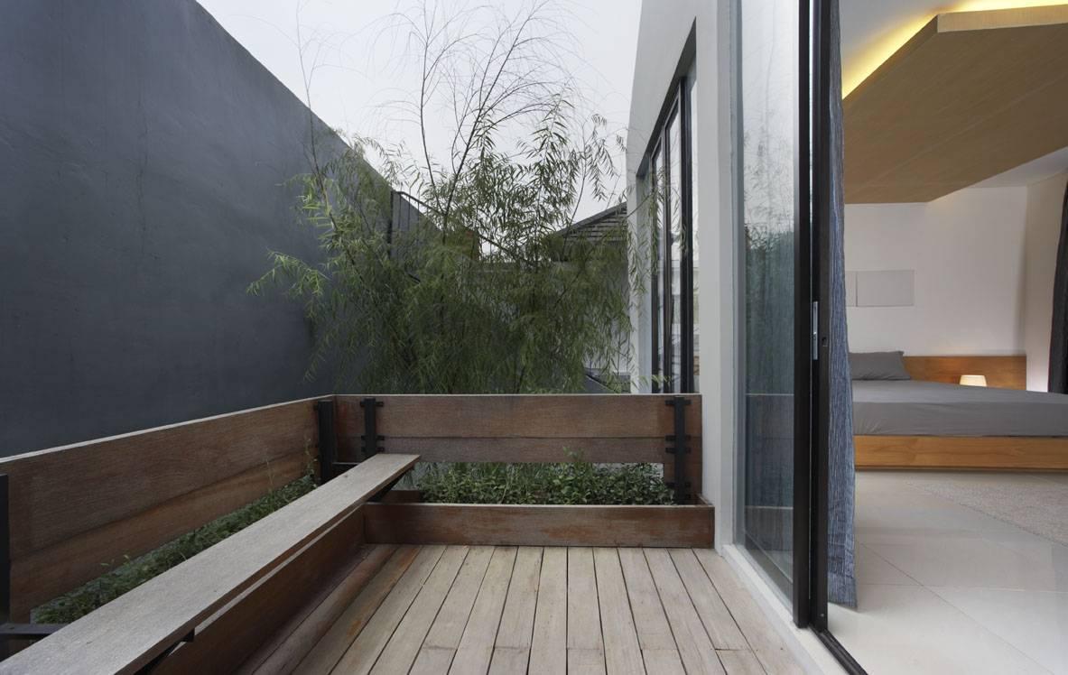 Balkon sederhana yang memberikan kesegaran udara untuk kamar tidur House at Legenda Wisata (Sumber: arsitag.com)