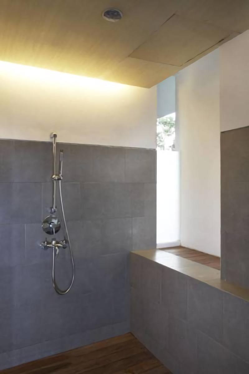 Pencahayaan dan sirkulasi udara alami yang baik di kamar mandi House at Legenda Wisata (Sumber: arsitag.com)