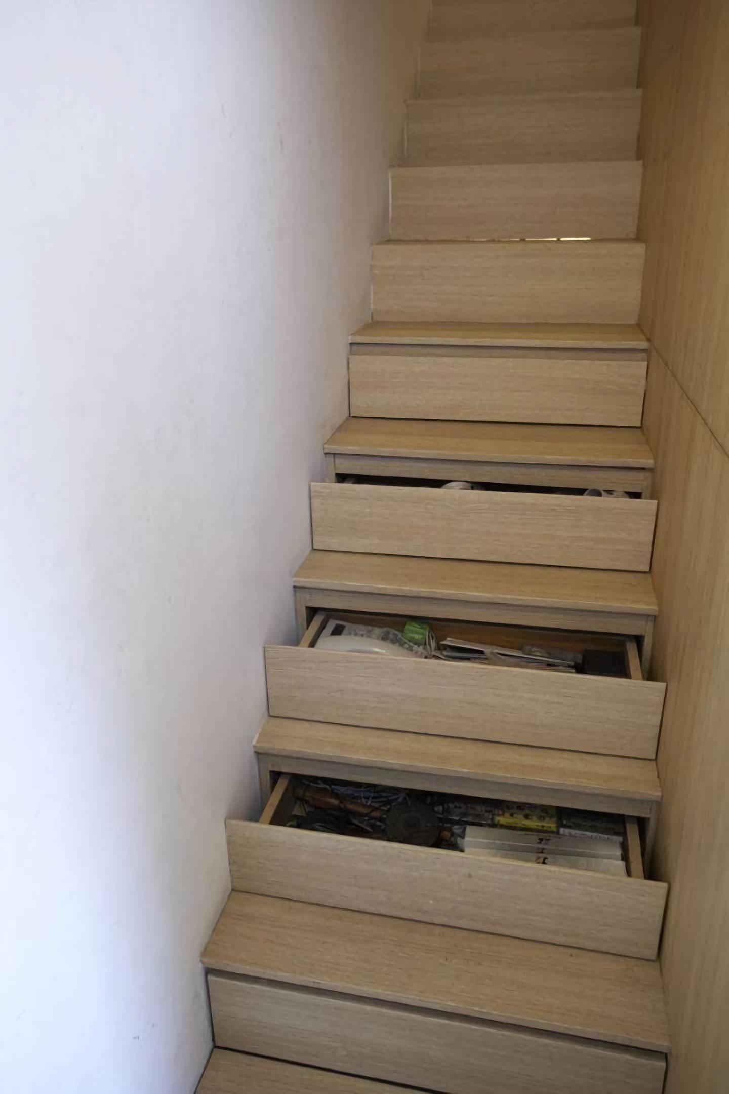 Anak tangga dijadikan rak penyimpanan di 51 SQM House (Sumber: arsitag.com)
