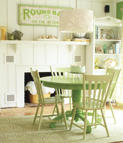 Warna hijau selain memberikan efek rileks, juga disebut bisa menambah selera makan. Itulah sebabnya kenapa banyak orang memilih perabotan makan berwarna hijau ketimbang biru atau merah. Untuk suasana makan yang santai, coba terapkan desain dengan sentuhan hijau pastel seperti di atas.