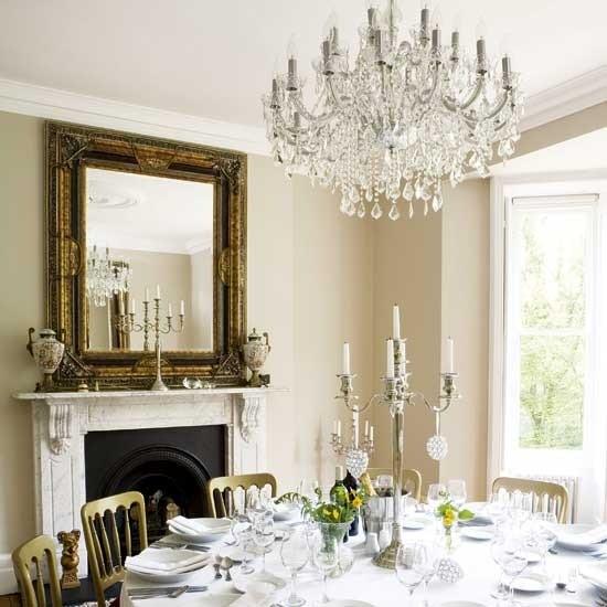 Salah satu cara mudah untuk menciptakan ruang makan yang elegan adalah dengan menambahkan aksesoris khusus seperti lampu hiasan gantung. Lampu hiasan tersebut akan menjadi focal point pada sebuah ruang makan. Penggunaan perangkat makan yang senada dengan lampu gantung tersebut melengkapi kesan elegan.