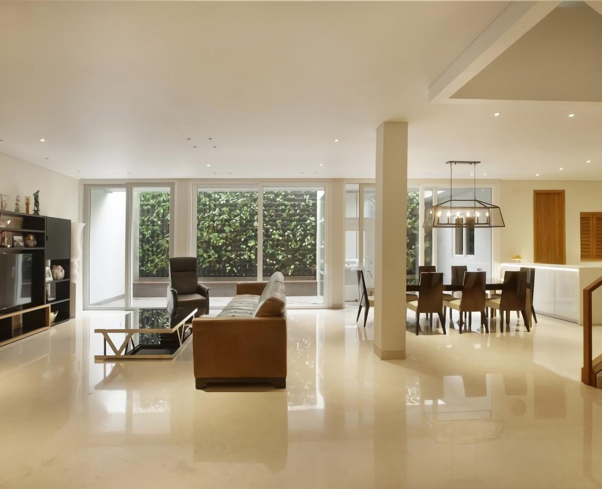 Plafond serba putih di ruang keluarga, ruang makan, dan dapur di Kokosan House (Sumber: highstreetstudio.net)